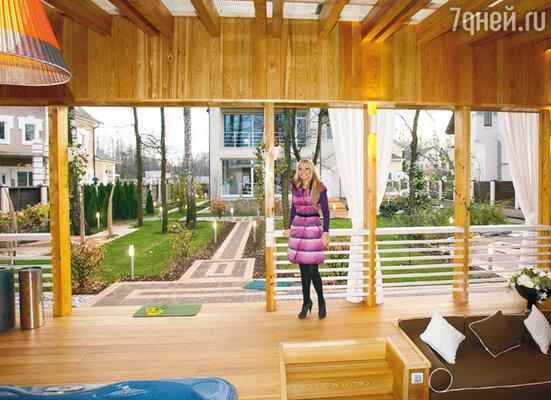 «Мой двор — настоящий spa-салон, скрытый от посторонних глаз белыми шторами. Зимой мебель на террасе я закрываю чехлами»