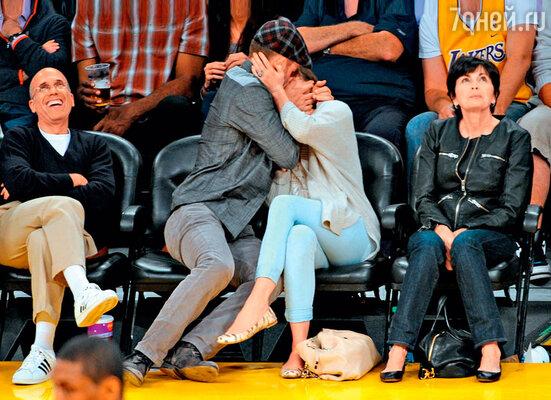 Джастин Тимберлейк с Джессикой во время матча по баскетболу. Май 2012 г.