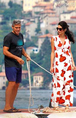 С будущей женой Амаль на причале любимой виллы «Олеандра» вИталии, на озере Комо