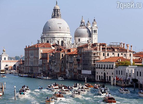 В Венеции высадился на удивление маленький «десант» друзей Клуни— большинства из приглашенных ждали до последнего, но они так и не появились на его свадьбе. 27сентября 2014 г.