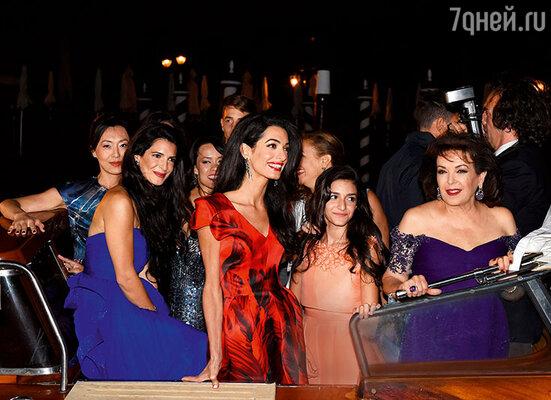 На девичнике Амаль всем заправляла ее мать Бария Аламуддин (справа), как, впрочем, и на самой свадьбе. Джорджу Клуни оставалось лишь соответствовать роли идеального жениха. Венеция, 27 сентября 2014 г.
