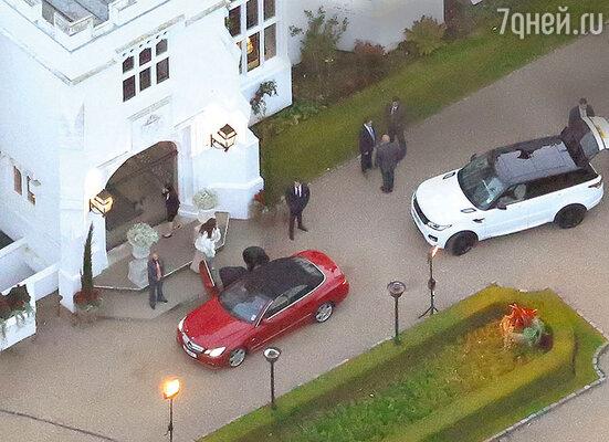 Знакомство Клуни с новыми родственниками состоялось вобстановке повышенной секретности. Высокопоставленные гости изразных стран подъезжали к отелю вмашинах с затемненными стеклами. 25 октября 2014 г.