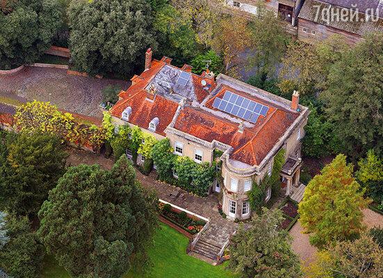 Всего в нескольких милях от жилища тещи и тестя Клуни купил за 16 миллионов долларов роскошное поместье в качестве свадебного подарка супруге. Это старинный дом  XVI  века, окруженный изумительными садами