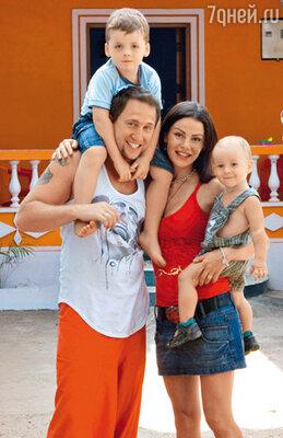 Оскар Кучера с женой Юлей и сыновьями Сашей и Даниилом