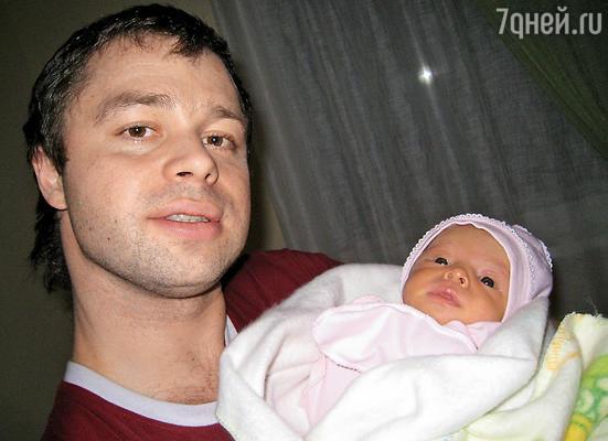 Виталий Гогунский с новорожденной дочерью Миланой