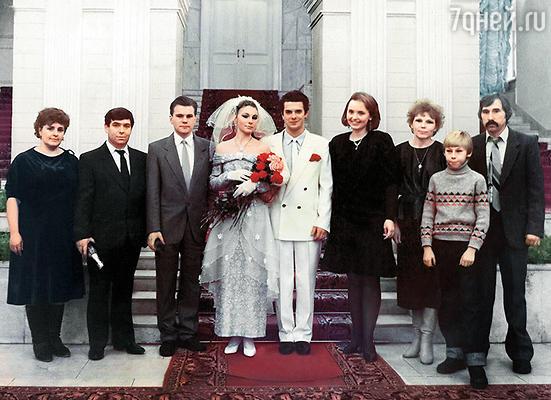 В Воронежском ЗАГСе. Слева от меня родители Сережи и его друг, справа от Козлова — мои отец с мамой, брат Денис и сокурсница