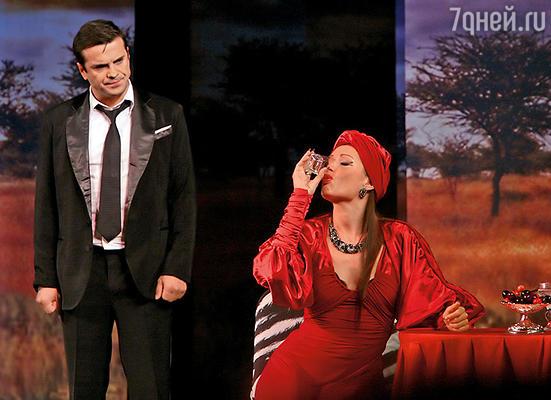 Сергей Астахов и Эвелина Блёданс в спектакле «Не будите спящую собаку»