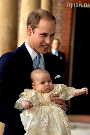 Принц Джордж на руках ц отца принца Уильяма