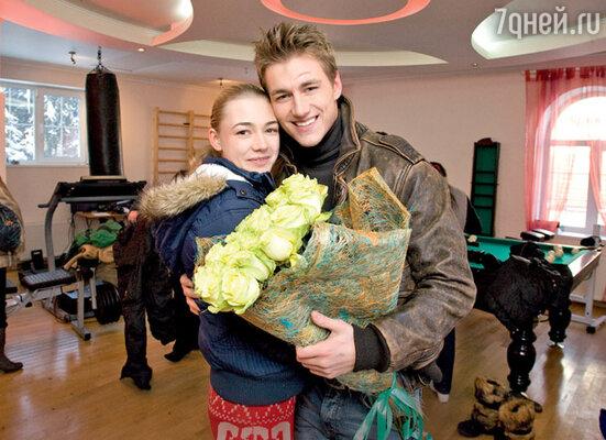 Увидев, как Алексей позирует фотографу с партнершей по фильму Оксаной Акиньшиной, присутствующие воскликнули: «Из вас получилась бы очень красивая пара!»