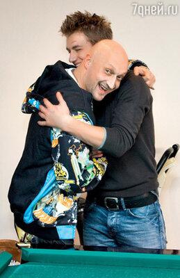 Алексея поздравляет Гоша Куценко