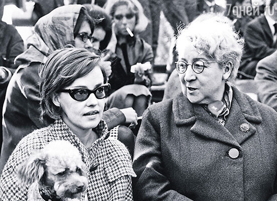 Роз до самой пенсии работала в Лувре. Замуж она так и не вышла, умерла одинокой и всеми забытой 18 сентября 1980 года. На фото: Роз с французской актрисой Жанной Моро, 1963 г.
