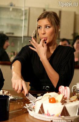 Специально за фигурой Кети не следит: она из тех счастливых девушек, которые могут не думать о диетах