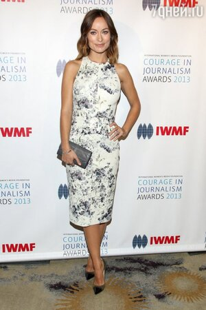 Оливия Уайлд в платье от Cushnie Et Ochs, с клатчем от Clelia, туфлями от Jimmy Choo и браслетом от Stephen Webster на премии IWMF, 2013