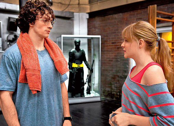 Аарон Тейлор-Джонсон и Хлои Грейс Моретц в комедийном боевике «Пипец 2»