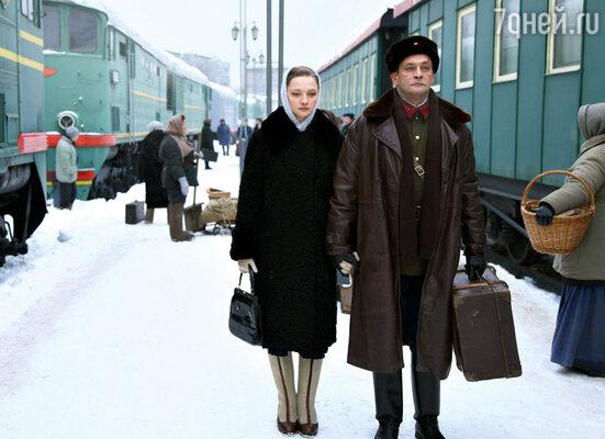Герой Александра Домогарова— офицер НКВД — влюбляется в дочь врага народа. Ее играет ЕкатеринаВилкова