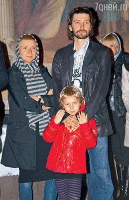 На венчание пришли друзья семьи — солист группы «Uma2rmaH» Владимир Кристовский с женой Лерой и старшей дочерью Ясей...