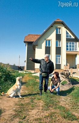 Супругам очень нравится, что снаружи их дом кажется скромным. Вся красота спрятана внутри... Турчинские с любимцем семьи двухлетним лабрадором Доналдом