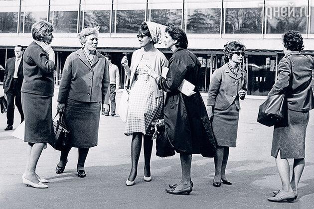 В центре Регина Збарская, справа от нее художник Вера Аралова и Айя Семынина