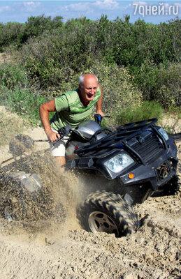 Юрий Беляев бороздил пустынные пляжи на квадроцикле