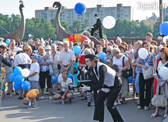 Веселый парад с участием мимов и клоунов подарил праздничное настроение всем собравшимся