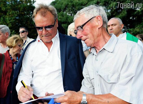 Сергей Шакуров раздает автографы