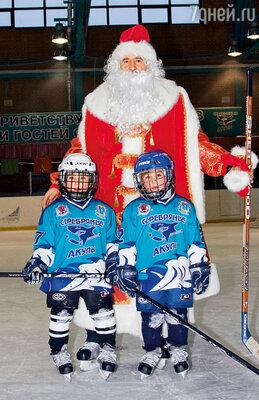 В хоккейную команду «Серебряные акулы» Фому и Фоку взяли несмотря на то, что они были на год младше товарищей по команде