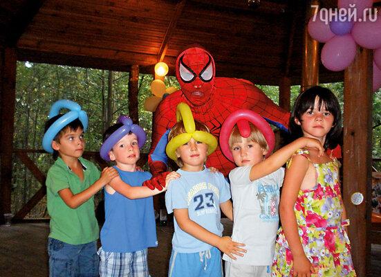 Я всегда устраивал сыновьям шумные праздники: с артистами и большим числом гостей — соседских ребятишек