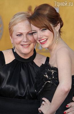 Свою маму, сумевшую победить одну из тяжелейших форм рака, актриса очень трогательно опекает