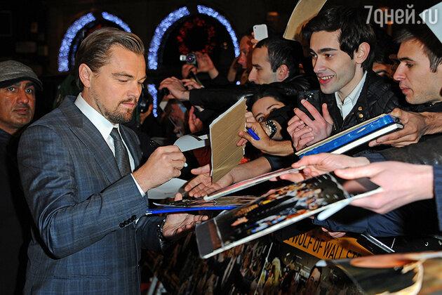 Леонардо Ди Каприо раздает автографы