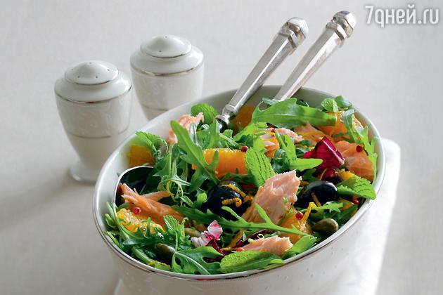 Салат с семгой, апельсином и оливками