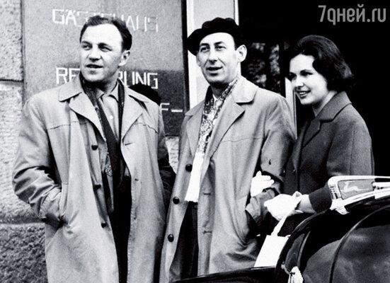 Родители и Михаил Ульянов рядом с той самой «Волгой»