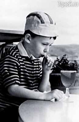 С коктейлем, купленным Никитой Михалковым. Коктебель. Мне пять лет
