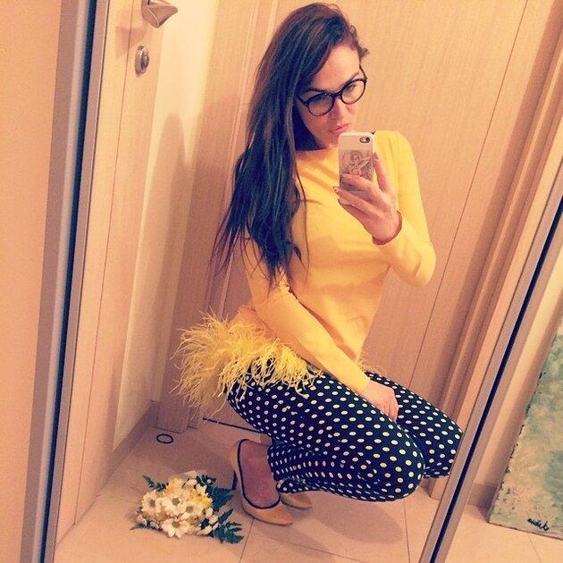 Встречать наступление второго весеннего месяца Алена решила в платье Aleksa Betrendy и  брюках Zara