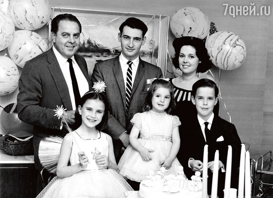 Семья Брокколи: Альберт «Кабби» Брокколи, его приемный сын Майкл, жена Дана и их дети Барбара (в центре), Тина и Тони на дне рождения Барбары. 1963 г.