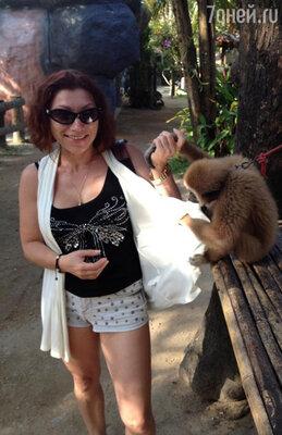На втором — рядом с обезьянкой, которую она держит за руку