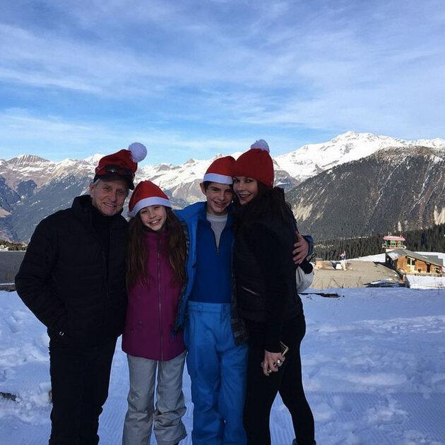 Кэтрин Зета-Джонс и Майкл Дуглас с детьми на отдыхе в Альпах