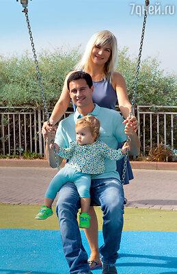 Виктория и Антон Макарские с дочкой Машей в Израиле