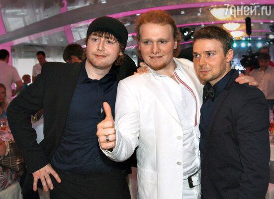 Близнецы Сергей и Андрей Сафроновы (стоят справа) со своим старшим братом Ильей