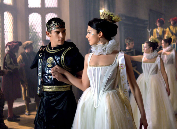 В знаменитом сериале «Тюдоры» актер играет короля Генриха VIII. С Натали Дормер в роли Анны Болейн