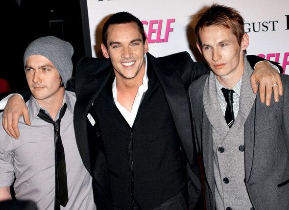 С братьями Аланом и Джейми на премьере своего фильма «Август Раш». Нью-Йорк, 2007 г.