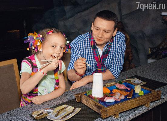 Александр Олешко приобщил Катю Старшову к японской кухне