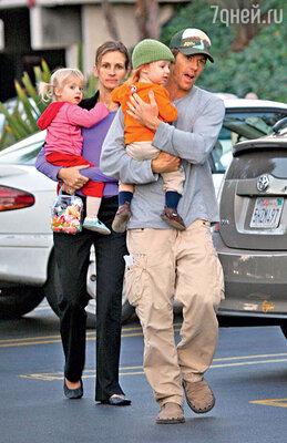 С мужем Дэнни Модером и двойняшками Хэзел и Финнеусом. 2006 г.