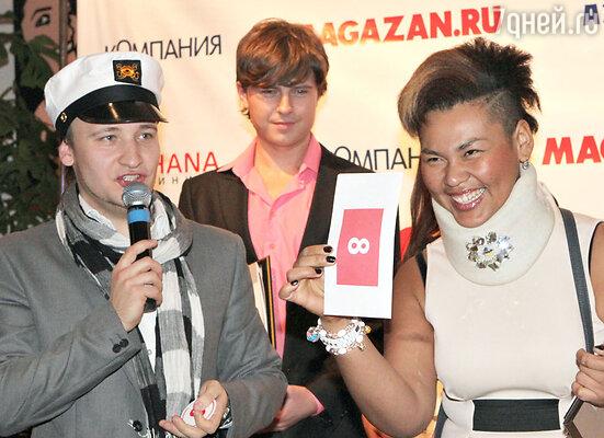 Ведущий вечера Александр Солопов и Корнелия Манго (справа)