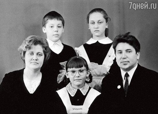 «Праздники в нашей семье были в основном партийные. Мама говорила папе: «Скоро 7 Ноября, а девочкам нечего надеть!»