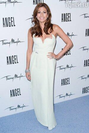 Ева Мендес в платье от Thierry Mugler на презентации рекламной кампании парфюма «Angel» в 2011 году