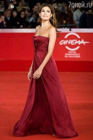 Ева Мендес в платье от Gucci на Римском кинофестивале в 2010 году
