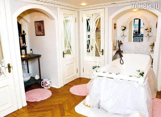 «Выслушав очередную мою идею — об открытой ванне прямо в спальне, — архитектор спросил: «Вы сумасшедшая?!» Я кивнула: «Да!»