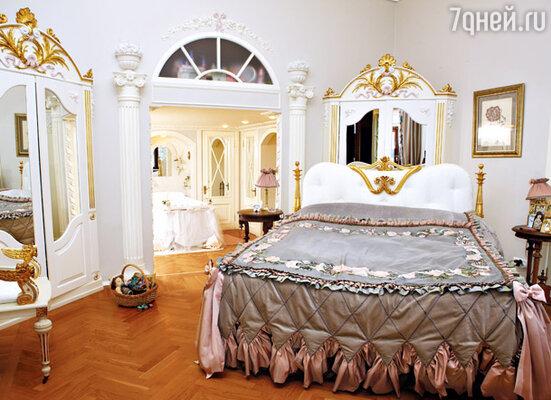 «В московском магазине я приглядела потрясающую кровать. Но она стоила 17 тысяч евро. А в Питере знакомые реставраторы сделали мне аналогичное ложе в несколько раз дешевле»