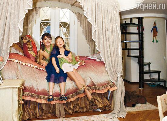 «Первым делом я полностью оборудовала Машкину комнату, поставила там кровать с балдахином. А сама полгода спала на матрасе»