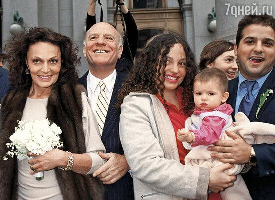 Девять лет назад я вышла замуж за Барри Дилера. (На снимке слева направо: Диана фон Фюрстенберг, Барри Дилер, дочь Дианы Татьяна со своей дочерью и женихом, 2000 г.)